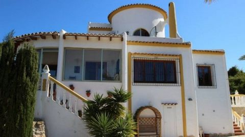 Lovely villa in Calpe, with astonishing mountain views, private pool, BBQ area and 3 bedrooms. Built on a plot of 875m2, with a private pool (8x4), plenty of terracing, summer kitchen, BBQ house, low maintenance garden and parking for several cars. T...