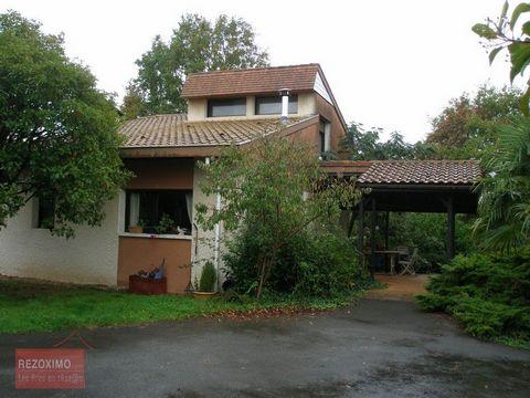 A 20 MN DE DAX ET 5 MN DE HABAS (40290) Beaux volumes pour cette maison d'architecte atypique d'environ 220 m² habitables dans un environnement calme et verdoyant sans vis à vis. Elle comprend au RDC un bel espace de vie donnant sur 2 terrasses couve...