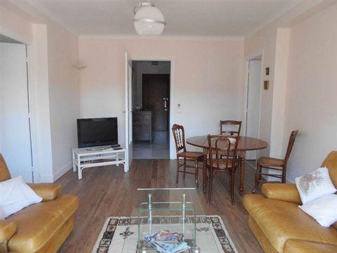 Appartement situé dans un immeuble du centre ville de JOINVILLE. Il vous charmera grâce à son séjour, sa cuisine équipée avec plaque induction, hotte,four, lave vaisselle et lave linge, 2 chambres de 10.70 et 14.40 m² , une salle d'eau avec douche et...