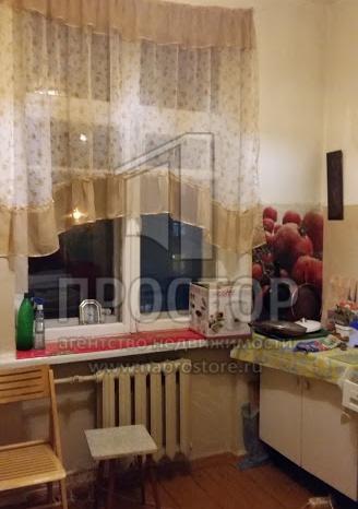 3-комнатная квартира в добротном кирпичном, сталинском доме с потолками 3.05 м. Хорошая планировка, все комнаты изолированные, просторный холл, кухня 8.5 кв.м. Есть балкон. Хорошие, добропорядочные соседи, которые следят за порядком в подъезде. На эт...