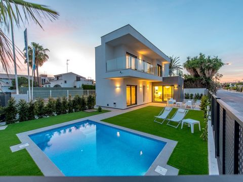 Villa in Santiago de La Ribera, in the Mar Menor, Murcia. The house is divided into 2 floors and consists of 3 bedrooms, 3 bathrooms, living room, open kitchen, terrace, garden and private pool. Independent villa with a minimalist touch, thought from...