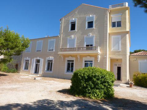 Dans un cadre exceptionnel ,de verdure avec une vue imprenable sur Marseille , 144M² LC , exposé plein SUD ,pour une vie atypique en toute harmonie avec la nature dans ce château 18émé . comprenant ,cuisine , séjour ,3 chambres, 2WC,1 SDE,1SDB , terr...
