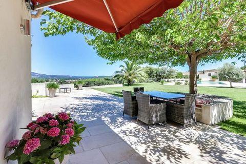 Cette luxueuse villa joliment aménagée est nichée dans un endroit unique sur une colline, vous offrant une vue panoramique sur la baie de Saint-Tropez et le paysage vallonné de l'arrière-pays. Autour de la villa, vous trouverez un jardin méditerranée...