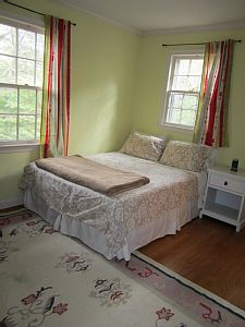 Queen size bed, private bathroom in the room & private entrance. Quite setting with mature trees, walking & bicycle paths. Desk in the room if you need to work. Perfect for AIRP attendees. Parking free in driveway.