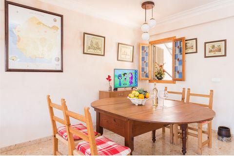 Esta bonita casa de verano se encuentra en S'Estanyol - Sa Rapita, en el sur de Mallorca. Está a pocos metros del mar y ofrece un segundo hogar a 4 huéspedes. A escasos metros del mar y de la cala de S'Estanyol se halla esta casita de pueblo, que es ...