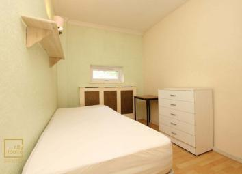 Detailed DescriptionThis is a single bedroom for one person only, well-presented totally furnished. * Nice single room for one person only. * This property is to be shared by maximum 5 people. * Fully fitted Kitchen and 1 common bathroom with separat...