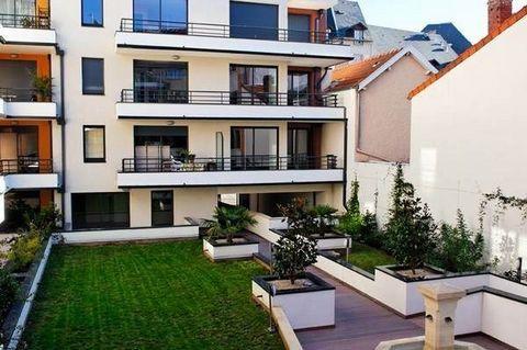 Proche Denis Dussoubs, T2 d'environ 40 m² situé au rez-de-chaussée avec séjour ouvert sur une cuisine équipée, 1 chambre, 1 salle d'eau, 1 w-c. 1 stationnement en sous-sol. Disponible à partir du 18/01/2018. Loyer : 446 € par mois charges comprises d...