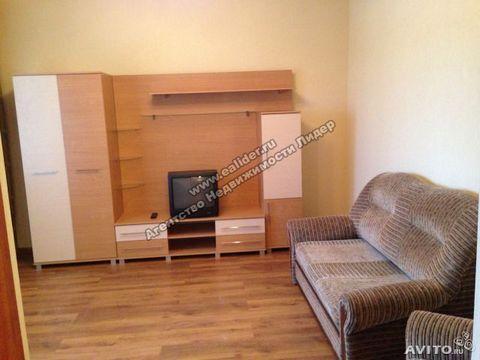 Сдам на длительный срок 1-комнатную квартиру в новом доме с мебелью и техникой. В доме грузовой лифт, установлены видеокамеры. Аренда + к/у.
