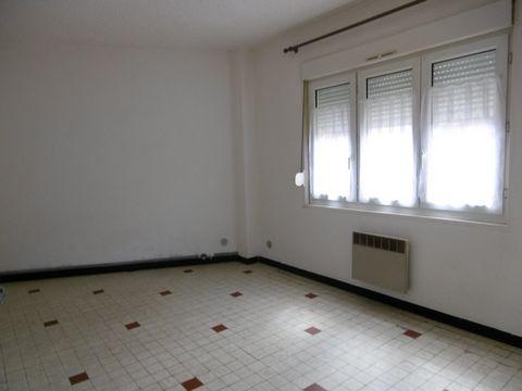 Appartement de 48 m² située dans une rue calme de Valenciennes pres axes routiers,tram.Comprenant un séjour lumineux avec une kitchenette,une chambre,une salle d'eau et WC.Une place de parking.Vous serez à 15 minutes à pied de la gare et du centre vi...