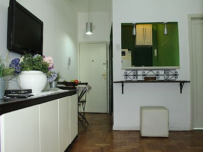 Apartment between Ipanema and Copacabana, located in Piragibe Frota Aguiar corner with Gomes Carneiro Street. 1 bedroom with king size bed, living room with double sofa bed and table 2 places, kitchen with appliances, bathroom.