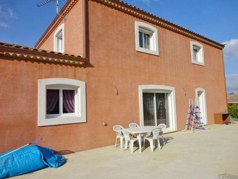 Carcassonne. Villa recent construction of 220m2 of living space. Composed of a 50m2 lounge room, large open kitchen, office, 5 large bedrooms, one RDCGrande 40m2 terrace on the 1st floor, 36m2 garage. Villa built on a plot of 2000m2 clos.Chauffage to...