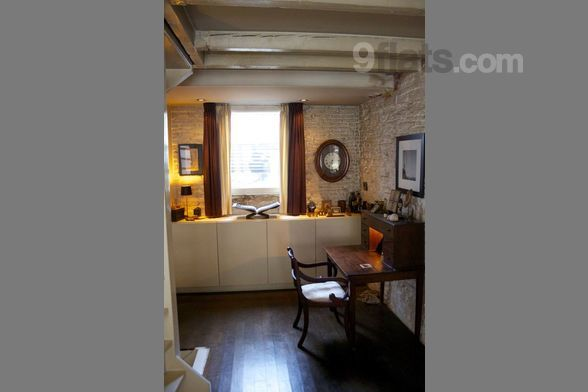 This historic storehouse dates back to 1892 (however the top floor was build on in 1900). The house is 120m2, divided over 4 floors and is situated in the Jordaan area, one of the oldest parts of Amsterdam. There is space for 1 to 4 persons. Three be...