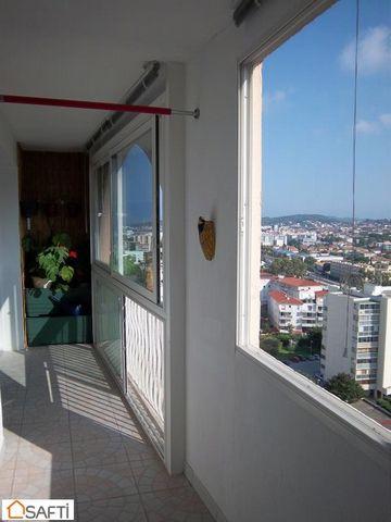 Proche des centres commerciaux et des axes routiers, cet appartement est idéalement placé. La résidence, sécurisée, dispose d'un gardien et d'ascenseur. En hauteur, bénéficiant d'une superbe vue dégagée sur les collines et sur la rade, cet appartemen...