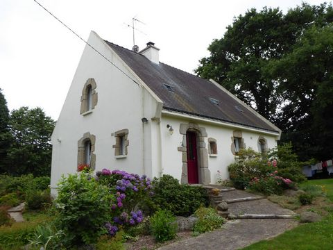 Located in Pontivy. High quality services for this neo Breton style house just minutes from city centre. Level access on large living room overlooking a terrace On the ground floor, you will enjoy a very functional fitted kitchen, two bedrooms, a bat...