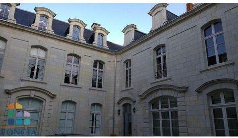 Dans un bel immeuble entièrement rénové, en centre ville de Saumur avec place de parking privée cuisine aménagée Séjour, cuisine, chambre salle d'eau et wc