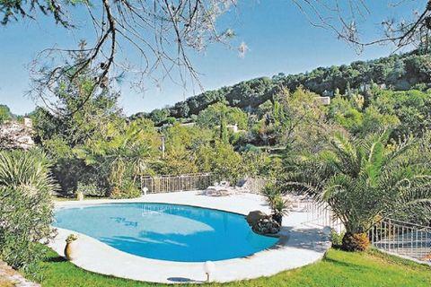 A Biot, village pittoresque et charmant, mondialement connu pour son verre soufflé à bulles, cette villa provençale est entourée d'oliviers, cèdres, palmiers, chênes et saules pleureurs sur un grand terrain en restanques. L'espace vie, moderne et con...