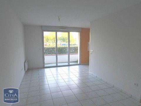 A louer entre Lescar et Pau, dans résidence calme et fermée, Clos Lamarque - Cette location de type T2 en rez de chaussé avec balcon, d'une surface de 44.83 m², avec place de parking se compose d'une pièce principale avec balcon et cuisine aménagée e...