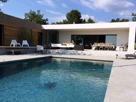 Premium location saisonnière villa Provence. Superbe maison d'architecte au milieu de la pinède et des vignes sans aucun vis-à-vis et avec une superbe piscine privée. Magnifique propriété récente de plain pied bordée d'une terrasse de 100m².. L'intér...