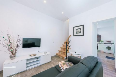 This modern terraced house in Puerto de Andratx offers accommodation to 4 people. Modern terraced house with chill-out terrace and partly harbor views. There are direct neighbors. The modern living-dining room with satellite-TV and A/C will make you ...