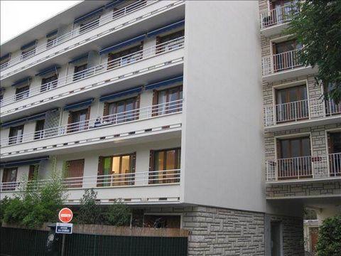 Dans belle résidence proche RER 150 métres du VESINET le PECQ et commerces de proximité, au 2ème étage par ascenseur, bel appartement comprenant entrée, séjour et salon sur balcon, dégagement avec dressing, wc, deux chambres, une salle de bains , cui...