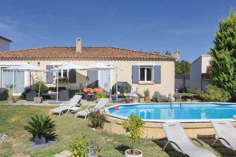 C'est aux portes de Salon de Provence que cette belle maison de vacances contemporaine vous attend pour un séjour enchanteur dans le Bouches du Rhône. Pour vous dorer au soleil, une agréable terrasse vous attend et vous pourrez vous rafraîchir dans l...