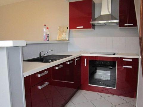 Située proche de la gare et du centre-ville, venez découvrir cette maison de ville comprenant une cuisine équipée ouverte sur séjour, deux chambres ainsi qu'une salle d'eau. Vous profiterez également d'une cour privative d'environ 40 m². Libre au 15 ...