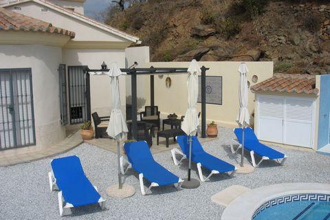 Esta casa de vacaciones independiente y con piscina privada está situada en las colinas de Arenas, en la Costa del Sol. La casa está en un terreno de 5.500 m2, donde está también la casa del propietario. Gracias al tamaño del terreno durante sus vaca...