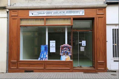 Autun, zone commerçante. Murs commerciaux de 70 m², boutique de 48 m² + réserve de 22 m². Chauffage par radiateur ind. gaz.