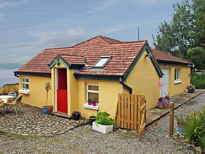 Outside: Detached cottage, in idyllic location, beside an extensive bay at the mouth of the Blackwater River and opposite the historic town of Youghal (10 km). Ideal location for bird watching with spring and autumn migration.