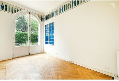Paris VIIème Champ De Mars Allée cavalière Adrienne Lecouvreur Dans un immeuble pierre de taille de grand standing, cet appartement de 7 pièces est articulé autour d'un jardin privatif. Il est composé d'une galerie d'entrée, d'un triple living, d'une...