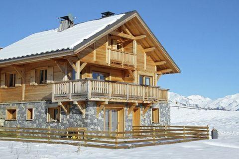 Le Reflet des Aiguilles Le petit village de montagne La Toussuire fait partie du superbe domaine skiable Les Sybelles. Skieurs débutants ou chevronnés, chacun y trouve son bonheur. L'élégant chalet se trouve à l'entrée du village, à environ 700 m des...