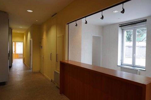 Quartier paisible Épinal centre, ensemble de 189 m² situé au rez de chaussée d'une petite copropriété. Accueillant actuellement une activité médicale, le bien se compose initialement de 2 appartements. Il comporte à ce jour 4 grandes salles de soins ...