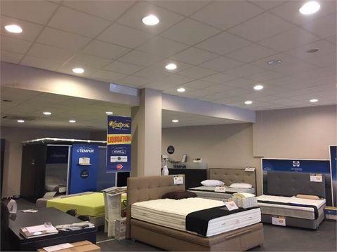 AIX LES BAINS, sur un axe passant en entrée de ville, à vendre local commercial d'environ 550 m², plus une mezzanine de 160 m², et cours intérieure de 51 m², en parfait état. Électricité, peinture, chauffage, climatisation, sol en excellent état. Gra...