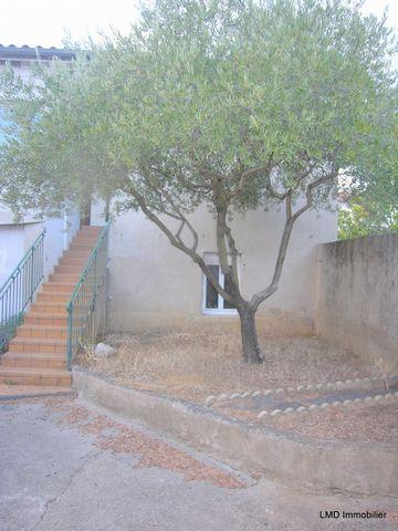 Nicole Manya, votre conseillère indépendante LMD Immobilier, à votre écoute au ... , vous propose, cette maison de village à raffraichir sur un terrain de 350 m2, située tout près d'Aubenas. Vous entrez par une cour de 77 m2 , desservant une dépendan...