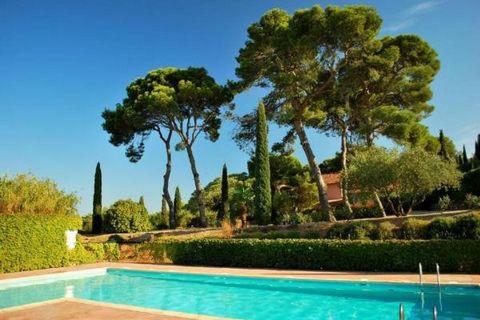 Idéalement situé au cœur de la région Languedoc, l'Occitanie, bel villa à la décoration soignée, 2 à 4 personnes. 2 chambres, modern cuisine, large salon, 1 salle de bains, 2 wc, jardin avec le bbq, table et chaise longues. Calme, cosy, tout équipé, ...