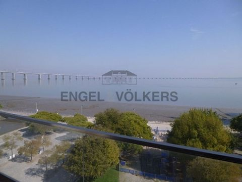 This unique 4 bedroom property becomes special, not only because of its exceptional location, but also because of its stunning view over the Tagus River and the Vasco da Gama bridge. Its large and original living room with 38sqm takes advantage of al...