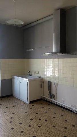 DU BASSIN - Appartement T4 dans un petit immeuble de trois lots, composé d'une entrée, séjour donnant sur le balcon côté rue , cuisine séparée hotte aspirante donnant sur grand balcon côté arrière, trois chambres dont une avec balcon, salle de bains,...