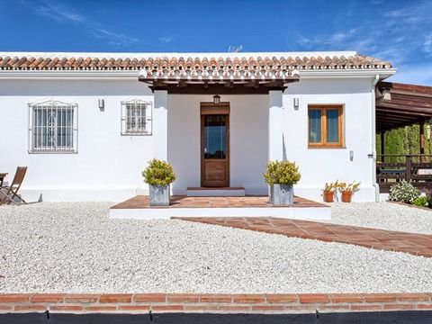 Lovely fully renovated charming villa/finca on a big plot, with nice views to the sea and the mountains, south to west facing, very quiet and private. Close to Estepona town centre and the beach (1,5 km). All on one floor, large living and dining are...