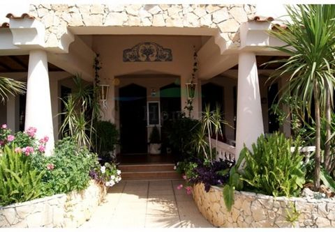 This successful restaurant with international and traditionally Portuguese cuisine marks its prestigious position in the Golden Triangle, located between Almancil and Vale do Lobo. It is fully equipped, has a large living lunch/dinner room for up to ...