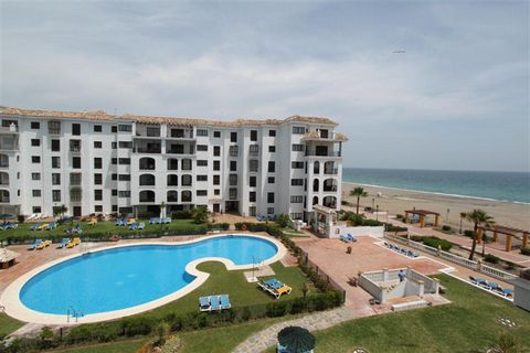 Apartment on the beach, overlooking the sea in a luxury complex in La Duquesa, located in the port of La Duquesa. This magnificent apartment has a vast living room with access to the spacious terrace overlooking the sea and the common area, with over...