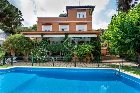 The villa is perfectly distributed over 2 floors and an attic, leaving the living area on the ground floor and the bedrooms on the top floor. It is accessed by a small entrance that leads to a large hall that is surrounded by all of the rooms and the...