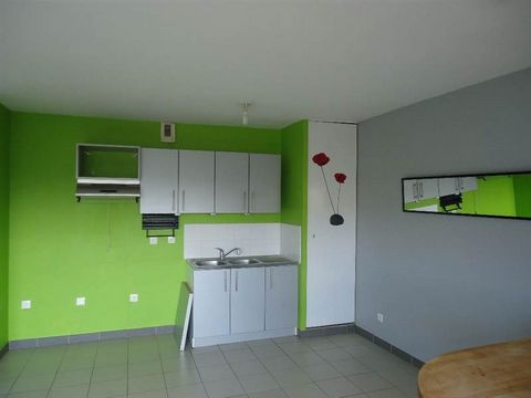 Cet appartement de type 3 comprend : hall d'entrée avec placard, séjour avec cuisine ouverte A et E (hotte), SDB, WC individuel, deux chambres. Chauffage individuel électrique. Une place de parking. Libre de suite. Loyer : 580.00 euros - Provision de...