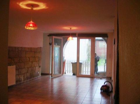 Beaucoup de charme pour cet appartement T3 de 66m² situé en rez de chaussée d'une petite résidence. Se compose d'un petit espace extérieur couvert , une cuisine ouverte sur pièce à vivre, deux chambres, une salle de bains et un W.C. LOYER : 340€ + 60...