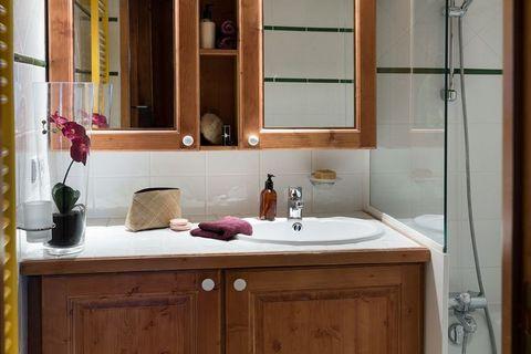 Les appartements de la résidence Les Hauts Bois sont parachevés dans les moindres détails. Les appartements sont disponibles pour 6 (FR-73210-110 et FR-73210-111) et pour 8 (FR-73210-125) personnes. Le type FR-73210-110 est plus spacieux que le FR-73...