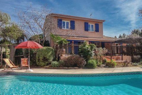 Pour découvrir l'Hérault dans un cadre authentique, cette charmante maison de vacances avec piscine privée n'attend plus que vous ! Elle vous ouvre ses portes à Saint-Drezery et vous offre un terrain clos magnifiquement arboré et doté d'une cuisine d...