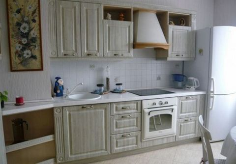 Полностью благоустроенная квартира. Вся мебель и техника в отличном состоянии. Сдается на длительный срок. Квартира теплая, комфортная, чистая, светлая. Оплата + коммунальные платежи по счетчикам.