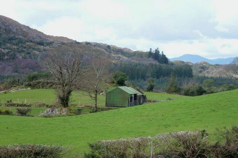The cottage is comfortably furnished and situated in a quiet environment with a splendid view of Kenmare Bay. You can see the other side of Kenmare Bay right from your home. This cottage accommodates 6 people. There's a spacious, cosy living and dini...