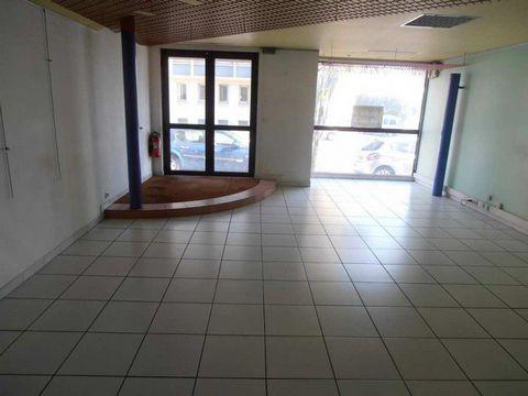Très beaux bureaux situés au RDC d' un immeuble de standing avec terrasse ensoleillée extérieure proche centre ville dans une belle avenue. La surface est divisée en 3 bureaux : 1 entrée donnant sur bureau principal de 43 m2 desservant 1 bureau avec ...