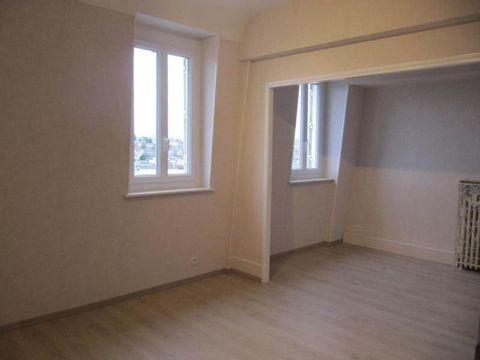 Hyper-centre de Montluçon Dans une résidence de standing sécurisée ( interphone) , dernier étage (ascenseur + 1 étage) offrant une vue sans vis à vis, dégagée sur la ville et une luminosité agréable. Ce joli appartement F2 de 43m² entièrement refait ...