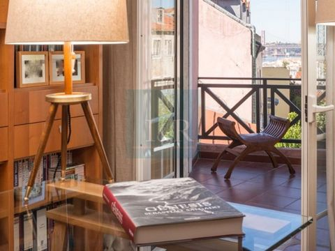 3-bedroom apartment, renovated in 2014, with river view, in a building with 2 lifts and only 4 apartments. Great location, between the garden of Príncipe Real and Praça das Flores, in Lisbon. Very bright apartment. Excellent sun exposure. 10 sqm balc...